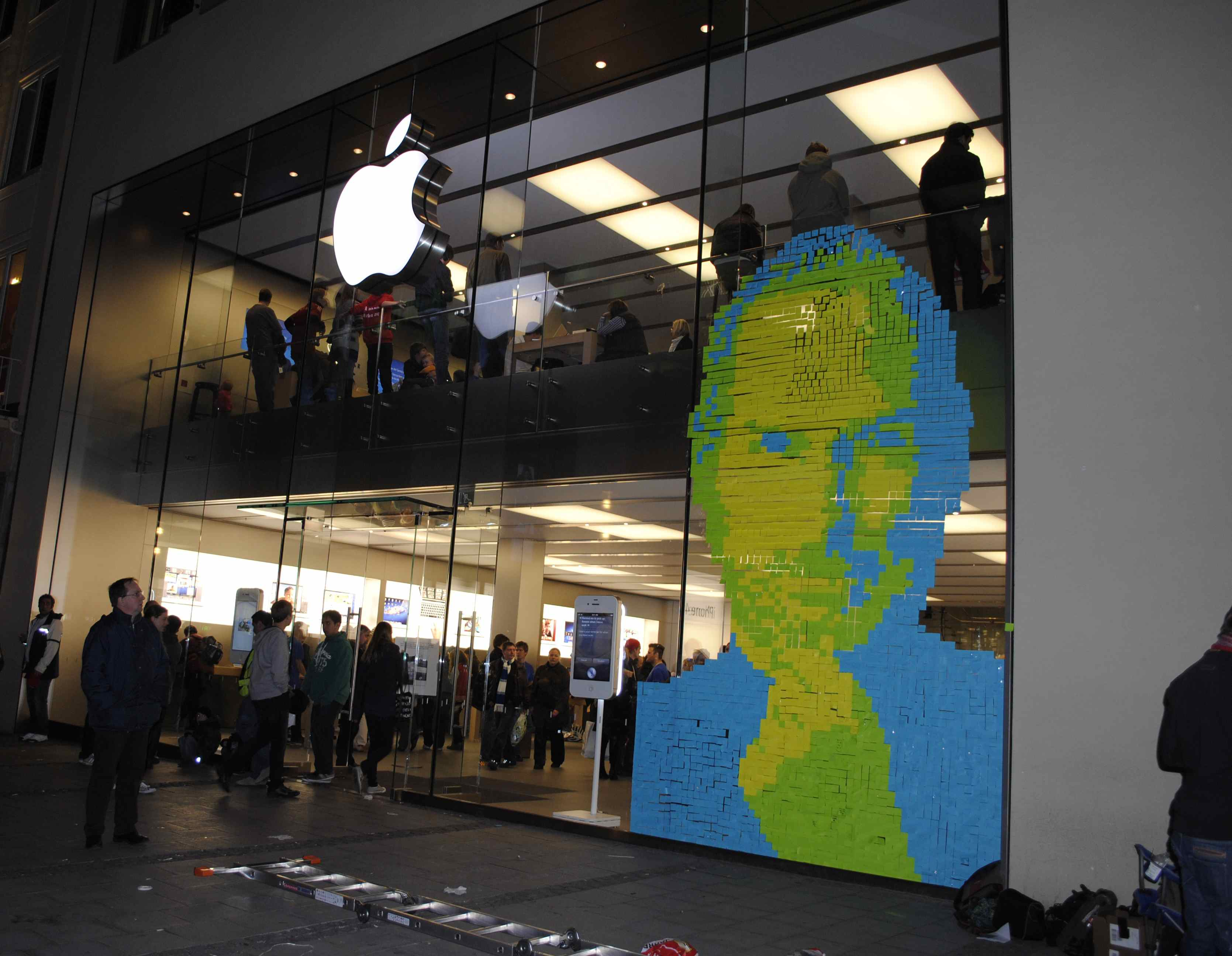 Impressive steve jobs tribute made out of 4001 post it for Apple boutique mural
