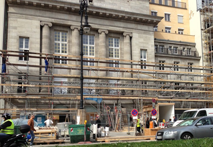 apple_store_berlin_scaffolding