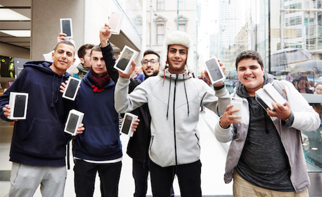 Apple's First Walk-In Customers Leave With iPhone 7 ...