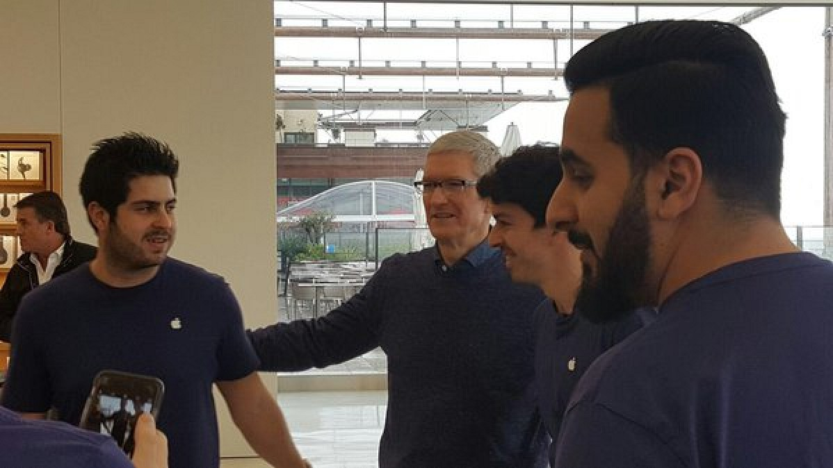 Tim Cook Drops in Unexpectedly at Apple Store in Marseille, France