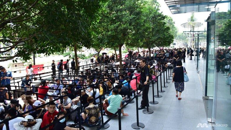thousands of customers waiting in line at apple retail stores for iphone xs xs max and apple watch series 4 as global launch continues