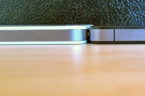 White iPhone 4 Slightly Thicker Than Black iPhone 4 [Updated]