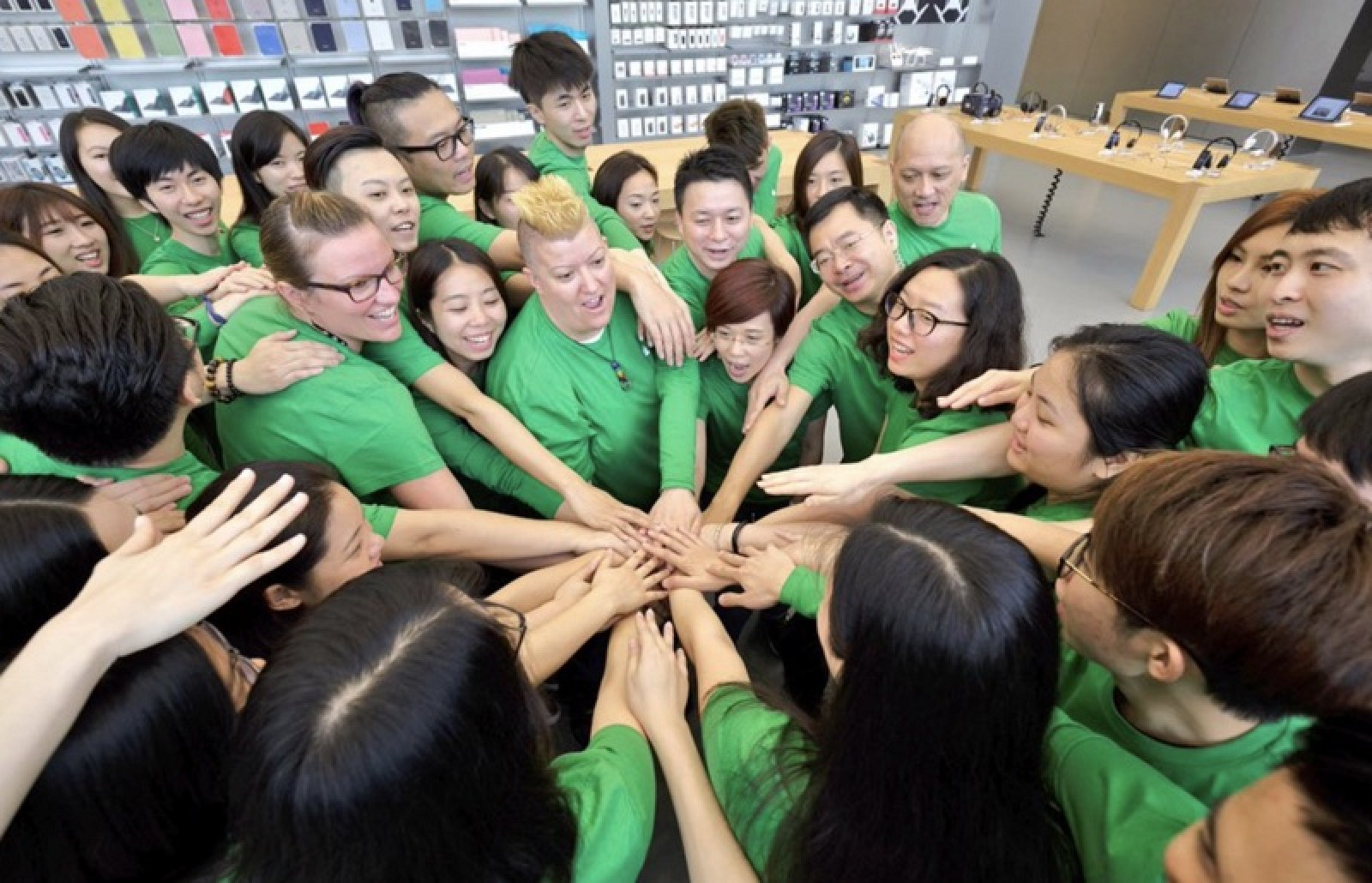 photo image Apple Employees to Celebrate Earth Day With Green Shirts Starting April 20