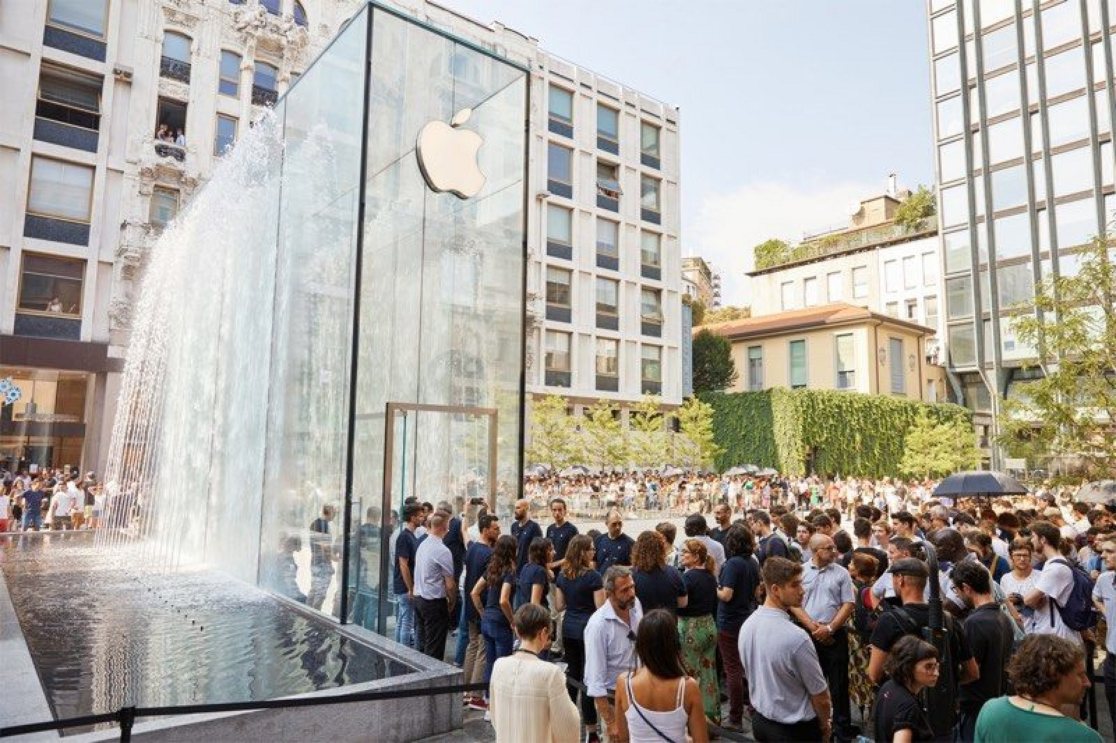 Apple Shows Off Photos of New Piazza Liberty Store in ...
